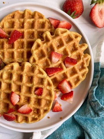 easy-protein-waffles-with-strawberries